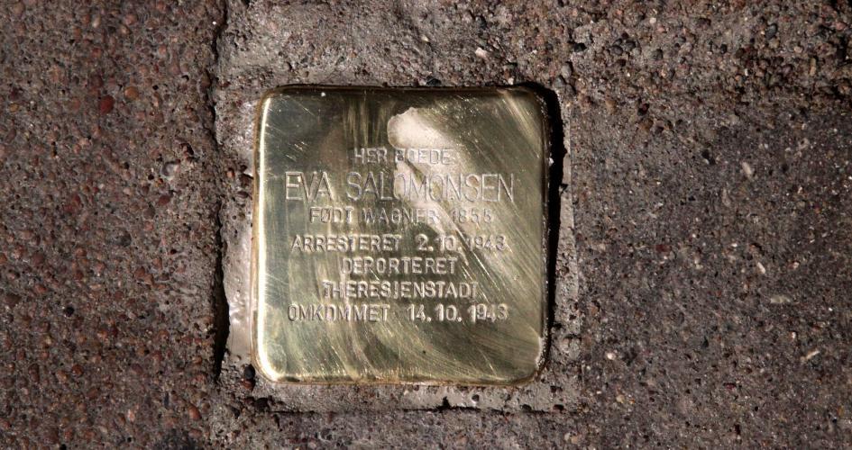 Eva Salomonsen var 88 år, da hun blev anholdt og bragt til kz-lejren. Hendes skæbne er en ubærlig historie - Artikel om snublesten, Berlingske, 21. august 2021
